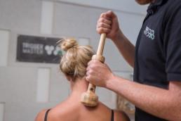 Aufrechte Körperhaltungen und entspannte Hände bei der Faszienmassage mit dem Trigger Master One