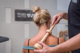 Massagetechnik - Trapezius Querfriktion mit dem Trigger Master One