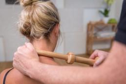 Bei Nackenverspannungen Verklemmungen im Bindegewebe lösen mit dem Trigger Master One