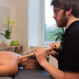 Aufrechte Körperhaltungen und entspannte Hände bei der Akupressur mit dem Trigger Master One